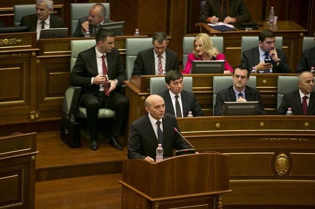 Na archívnej snímke uprostred kosovský premiér a líder Demokratickej ligy Kosova Isa Mustafa v kosovskom parlamente