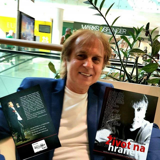 Spevák Jozef Ivaška (na snímke) pokrstil a prezentoval čitateľom svoju druhú autobiografickú knihu so symbolickým názvom Na hrane