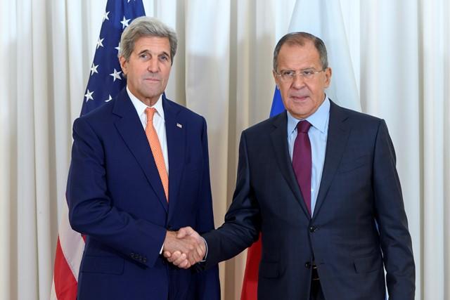 Na snímke americký minister zahraničných vecí John Kerry (vľavo) a ruský šéf diplomacie Sergej Lavrov