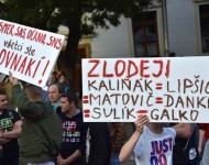Na snímke účastníci s transparentmi na verejnom zhromaždení občanov - Chceme lepšiu krajinu!