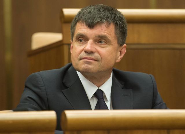 Na snímke minister školstva, vedy, výskumu a športu SR Peter Plavčan (nominant SNS)