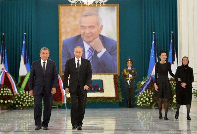 Ruský prezident Vladimir Putin (druhý vľavo), uzbecký premiér Šavkat Mirzijojev (vľavo), dcéra zosnulého uzbeckého prezidenta Islama Karimova Lola Karimovová a vdova Tatjana Karimovová