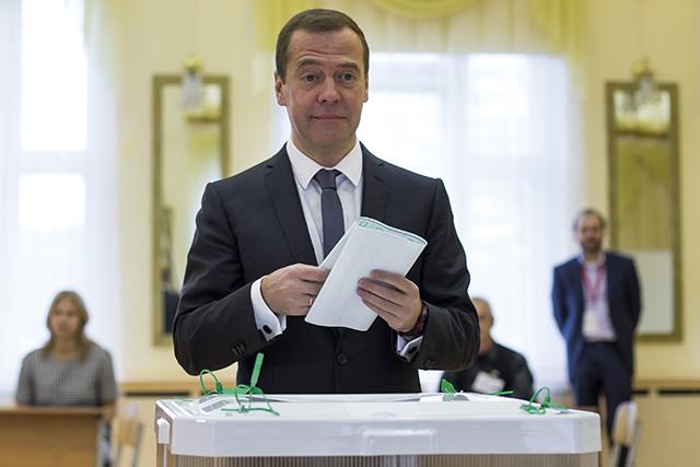 Ruský premiér Dmitrij Medvedev vhadzuje svoj hlas do volebnej urny