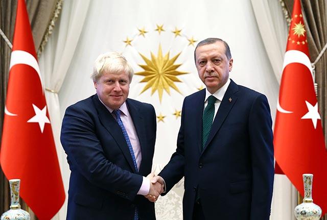 Britský minister zahraničných vecí Boris Johnson (vľavo) si podáva ruku s tureckým prezidentom Recepom Tayyipom Erdoganom
