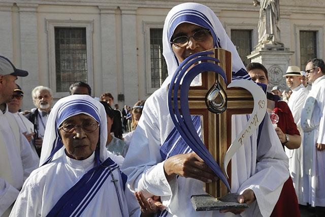 a snímke sestry nesú ostatky Matky Terezy na  vatikánskom Námestí sv. Petra pred svätorečením 4. septembra 2016.