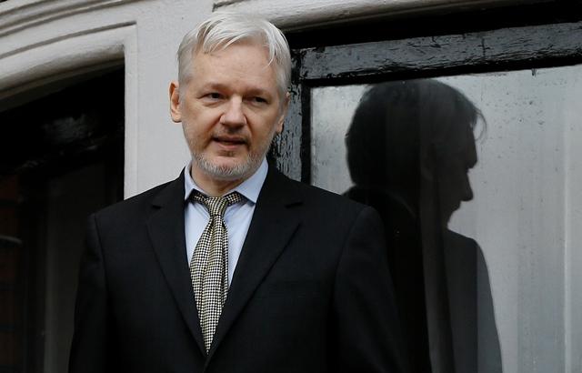 Na snímke zakladateľ WikiLeaks Julian Assange