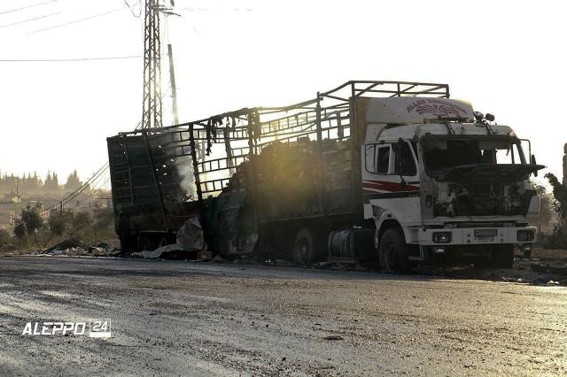 Na snímke je nákladné vozidlo s humanitárnou pomocou po leteckom útoku pri severosýrskom meste Aleppo