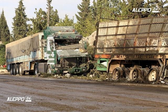 Na snímke sú nákladné vozidlá po leteckom útoku pri severosýrskom meste Aleppo