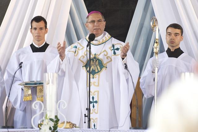 Na snímke košický arcibiskup Bernard Bober počas celebrovania svätej omše na Národnej púti k Sedembolestnej Panne Márii 15. septembra 2015 v Šaštíne-Strážach