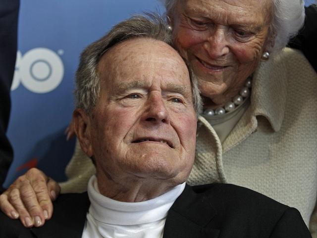 Na archívnej snímke z 12. júna 2012 bývalý americký prezident George Bush a jeho manželka Barbara