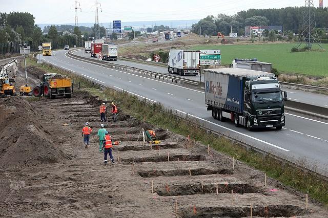 Pri Calais začali stavať múr proti migrantom