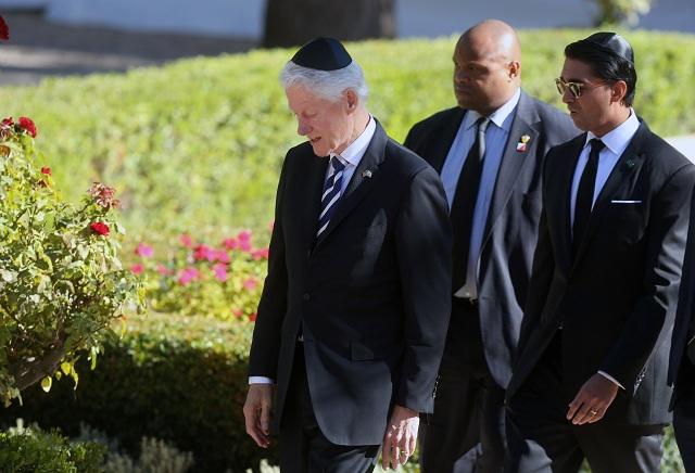 Bývalý americký prezident Bill Clinton (vľavo) počas príchodu na Národný cintorín Mount Herzel v Jeruzaleme 30. septembra 2016. Obama sa zúčastní na štátnom pohrebe bývalého izraelského prezidenta Šimona Peresa