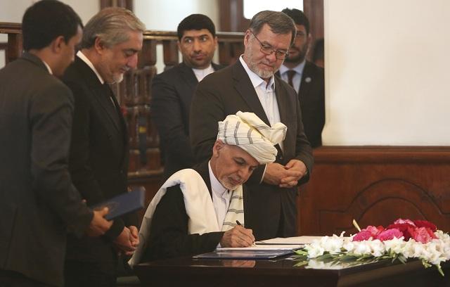 Afganský prezident Ašraf Ghaní podpisuje mierovú dohodu v prezidentskom paláci v Kábule 28. septembra 2016. Gháni podpísal mierovú dohodu s neslávne známym vojenským veliteľom Gulbuddínom Hekmatjárom a prisľúbil, že bude lobovať v USA a OSN za to, aby veliteľa spolu s jeho stranou Hezbe islámí Gulbuddín odstránili zo zoznamov teroristov. Informovala o tom agentúra AP. Hekmatjár podpísal dohodu cez videomost s prezidentským palácom v Kábule. Dnešnú slávnosť vysielali naživo v televíziii
