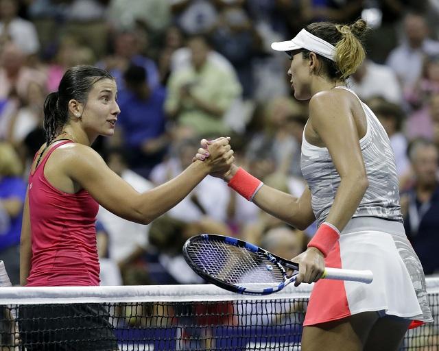 Lotyšská tenistka Anastasija Sevastovová (vľavo) podáva ruku Španielke Garbine Muguruzovej po výhre v zápase 2. kola ženskej dvojhry na grandslamovom turnaji US Open v New Yorku 31. augusta 2016. Nenasadená Lotyška vyradila trojku turnaja v dvoch setoch 7:5 a 6:4. Sevastovová v 1. kole vyradila Slovenku Annu Karolínu Schmiedlovú