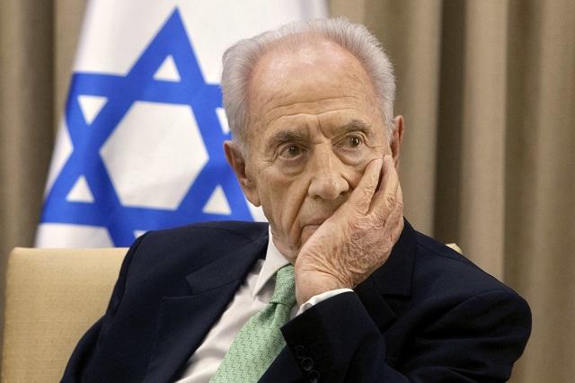 Na archívnej snímke z 28. októbra 2013 je Šimon Peres v prezidentskej rezidencii v Jeruzaleme