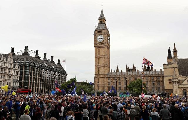 Tisíce ľudí vyšli dnes do ulíc Londýna a ďalších britských miest s požiadavkou usporiadania druhého referenda o zotrvaní Spojeného kráľovstva v Európskej únií