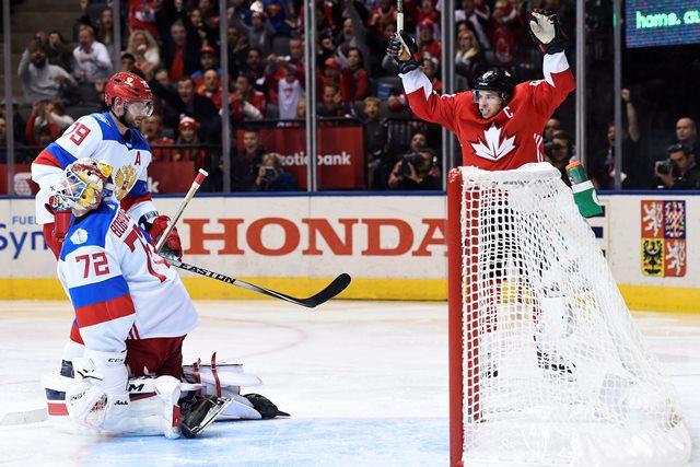 Hráč z tímu Kanady Sidney Crosby (87)sa rdauje po góle