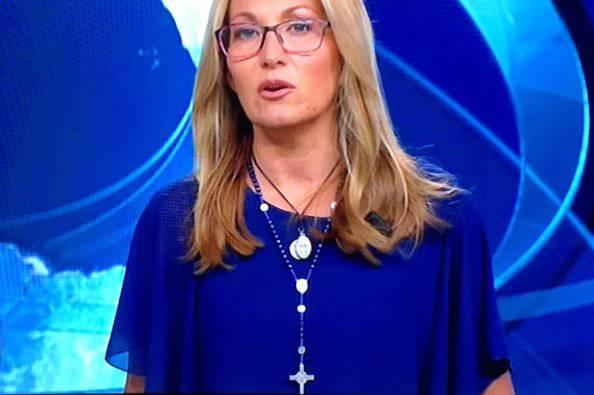 Na snímke talianska moderátorka, na ktorú sa pre kríž na krku zniesla vlna kritiky
