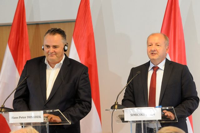 Rakúsky minister obrany Hans Peter Doskozil (vľavo) a maďarský minister obrany István Simicskó