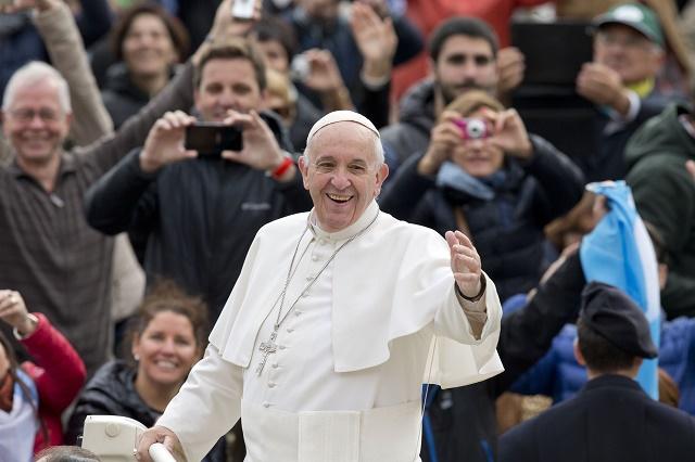 Na snímke pápež František žehná veriacim počas jednej z generálnych audiencií vo Vatikáne