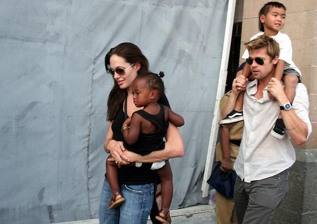Na snímke z 12. novembra 2006 americká herečka Angelina Jolieová so svojou dcérou Zaharou a synom Maddoxom a Bradom Pittom v Bombaji.
