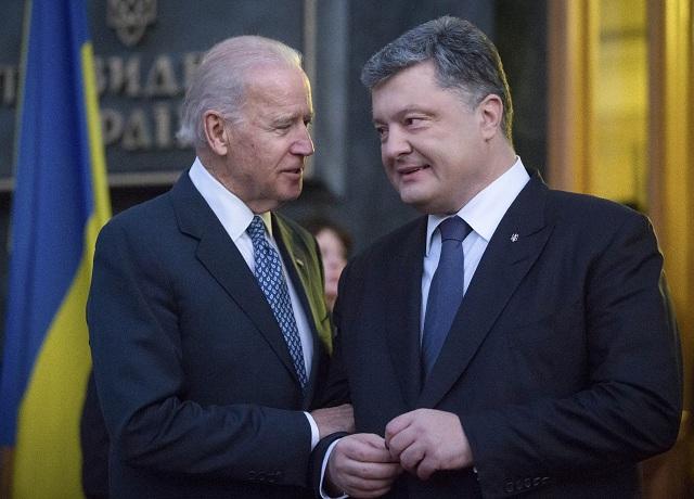 Ukrajinský prezident Petro Porošenko (vpravo) a americký viceprezident Joe Biden