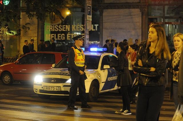 Ľudia si obzerajú uzatvorené okolie po výbuchu v centre Budapešti v skorých ranných hodinách 25. septembra 2016. Pri sobotňajšom výbuchu v centre Budapešti utrpeli zranenia dvaja policajti
