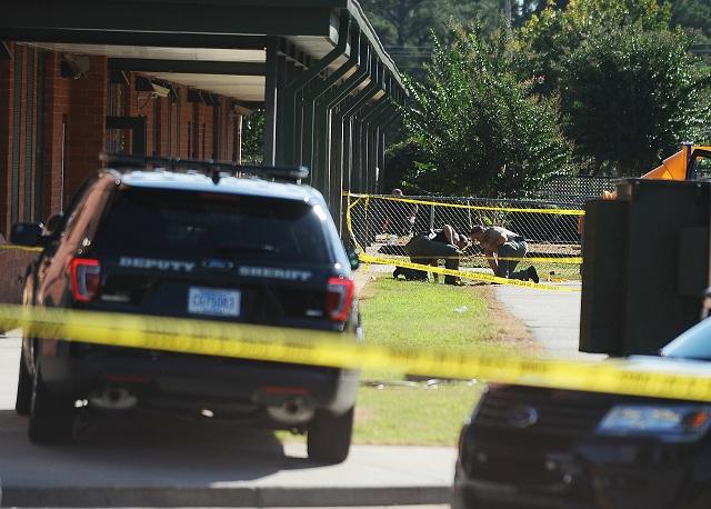 Štrnásťročný tínedžer vyzbrojený ručnou zbraňou postrelil dvoch žiakov a učiteľku v areáli základnej školy v meste Townville