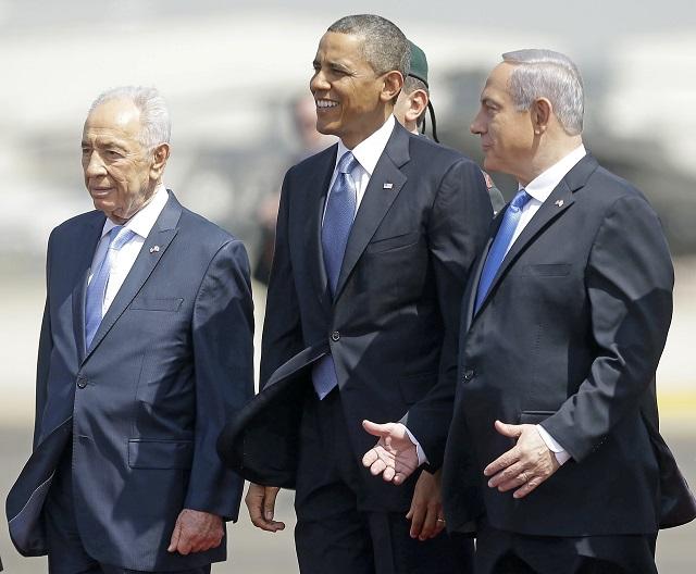 Na archívnej snímke z 20. marca 2013 izraelský prezident Šimon Peres (vľavo) a izraelský premiér Benjamin Netanjahu (vpravo) vítajú amerického prezidenta Baracka Obamu (v strede) po jeho prílete na medzinárodné letisko  Ben Guriona v Tel Avive. Bývalý izraelský prezident a premiér Šimon Peres, ktorého životný príbeh odzrkadľoval dejiny židovského štátu, zomrel dnes po ťažkej chorobe vo veku 93 rokov. Peres, ktorý bol tiež nositeľom Nobelovej ceny za mier a politickým vizionárom, posunul svoju krajinu smerom k mieru