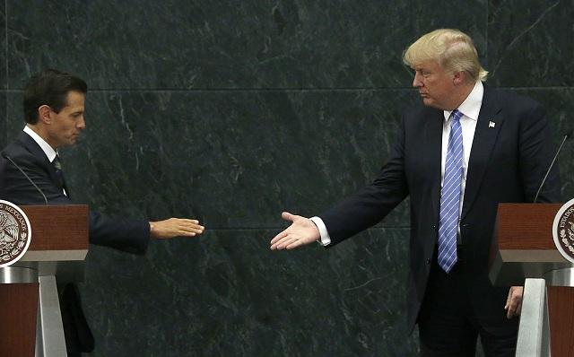 Mexický prezident Enrique Peňa Nieto a prezidentský kandidát americkej Republikánskej strany Donald Trump si podávajú ruky po spoločnej tlačovej konferencii v oficiálnej rezidencii mexického prezidenta v Mexico City 31. augusta 2016