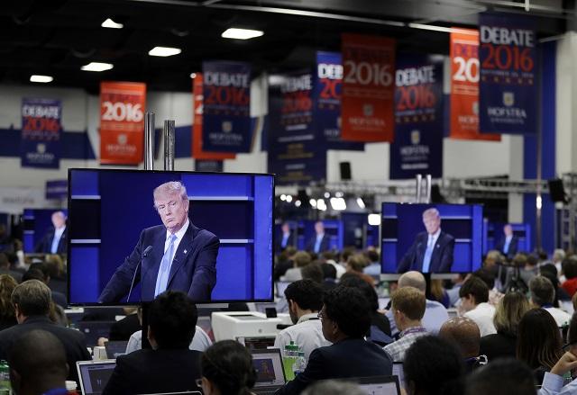 Novinári sledujú v novinárskom centre prvý televízny duel medzi kandidátmi na prezidenta USA - demokratkou Hillary Clintonovou a republikánom Donaldom Trumpom, ktorý sa konal v priestoroch súkromnej Hofstra University v mestečku Hempstead, ležiacom v štáte New York