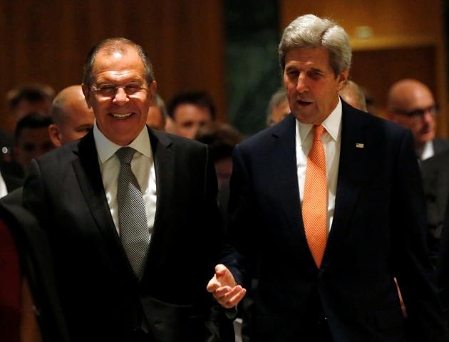 Na snímke vpravo americký minister zahraničných vecí John Kerry a vľavo jeho ruský rezortný partner Sergej Lavrov