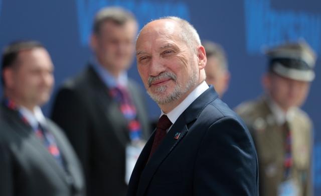 Na snímke poľský minister obrany Antoni Macierewicz