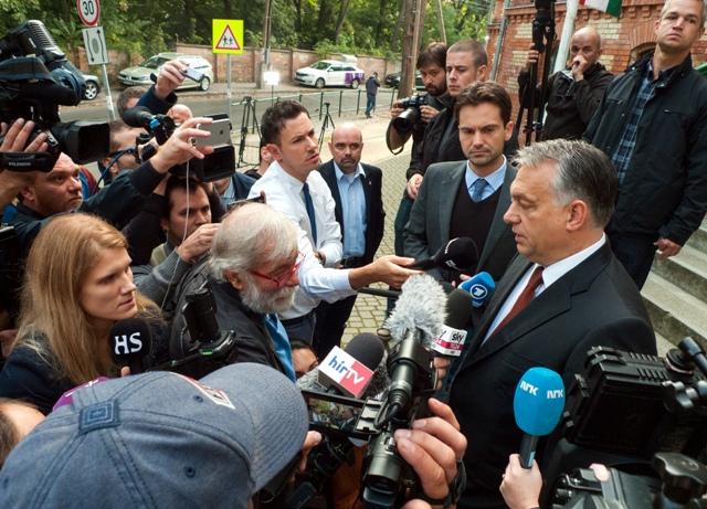 Na snímke maďarský premiér Viktor Orbán pred volebným okrskom odpovedá novinárom po odovzdaní hlasu