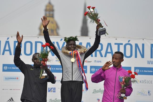 Na snímke uprostred víťaz MMM Keňan David Kemboi Kiyeng, vľavo druhý jeho krajan Elijah Kiprono Kemboi a vpravo tretí  Etiópan Tadesse Mamo TemechachuTadesse Man