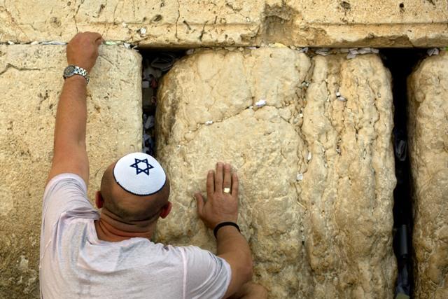 Ilustračné foto: Muž vkladá lístok do Múra nárekov pred slávením židovského Nového roka