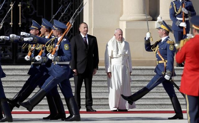 Na snímke pápež František (vpravo) a azerbajdžanský prezident Ilham Alijev (vľavo) počas prehliadky čestnej stráže pred stretnutím v azerbajdžanskom Baku