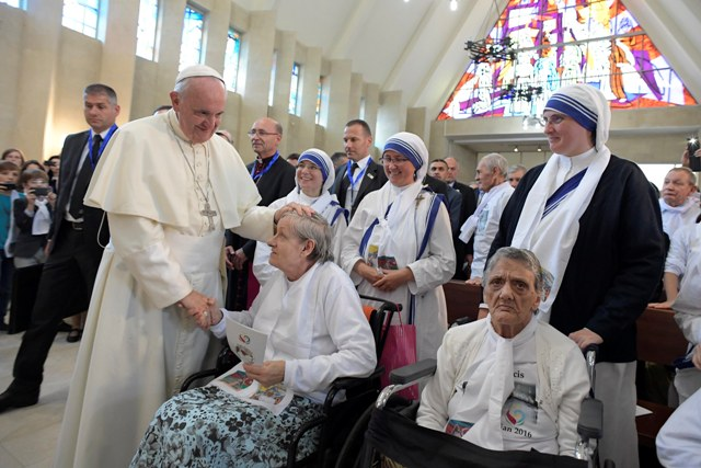 Na snímke pápež František žehná veriacim po príchode do kostola Nepoškvrneného počatia Panny Márie v azerbajdžanskom Baku