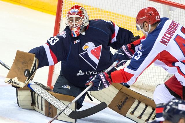 Na snímke vpravo Valerij Ničuškin (CSKA) a vľavo brankár Barry Brust (Slovan) počas zápasu KHL HC Slovan Bratislave - CSKA Moskva