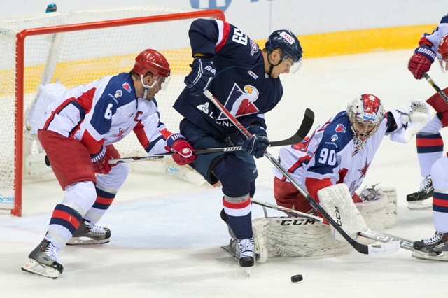 Na snímke uprostred Andrej Šťastný (Slovan), vľavo Denis Denisov a vpravo brankár Iľja Sorokin (obaja CSKA) v stretnutí KHL HC Slovan Bratislave - CSKA Moskva