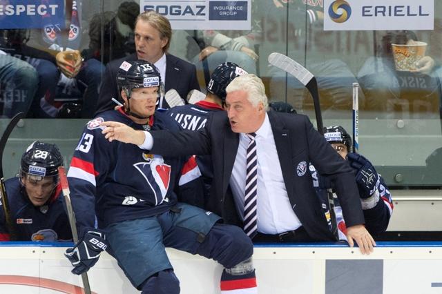 Na snímke vpravo tréner tímu Miloš Říha a vľavo Václav Nedorost počas zápasu KHL HC Slovan Bratislave - CSKA Moskva