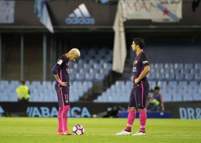 Na snímke hráči Barcelony, vľavo Neymar a vpravo Luis Suarez po prehre v zápase 7. kola španielskej futbalovej La Ligy Celta Vigo - FC Barcelona (4:3)