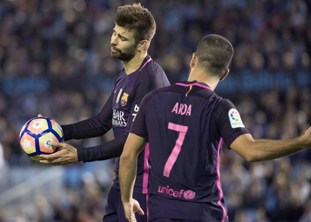 Na snímke vľavo hráč Barcelony Gerard Pique v zápase 7. kola španielskej futbalovej La Ligy Celta Vigo - FC Barcelona (4:3)