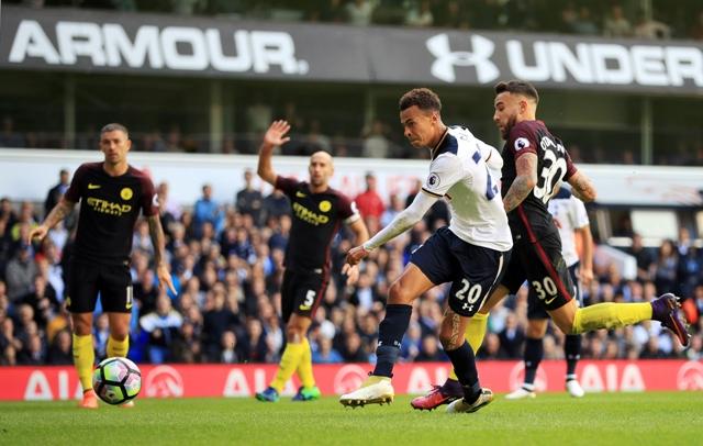 Na snímke hráč Tottenhamu Dele Alli (druhý sprava ) strieľa gól v zápase anglickej futbalovej Premier League Tottenham Hotspur - Manchester City