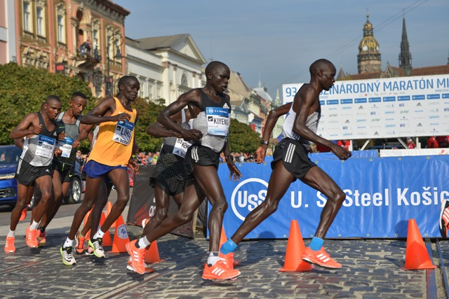 93. Medzinárodný maratón mieru v Košiciach 2. októbra 2016. Na snímke maratónci na obrátke v polovici trate
