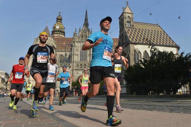 93. Medzinárodný maratón mieru v Košiciach 2. októbra 2016. Na snímke bežci na Hlavnej ulici,  vľavo v pozadí je Dóm sv. Alžbety, vpravo je Kaplnka sv. Michala