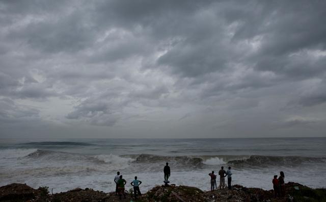Ľudia sledujú silné vlnobitie na pobreží Karibiku v Kingstone 3. októbra 2016