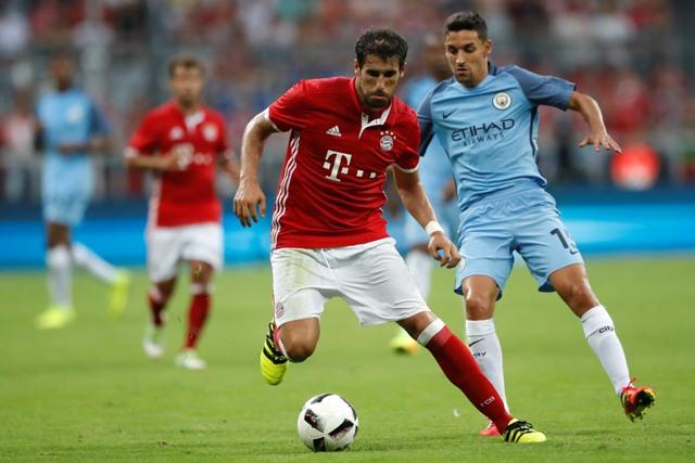 Na snímke hráč Bayernu Javi Martinez (vľavo)
