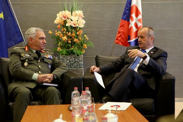 Minister obrany Peter Gajdoš (na snímke vpravo) rokoval s predsedom Vojenského výboru EÚ generálom Kostarakosom