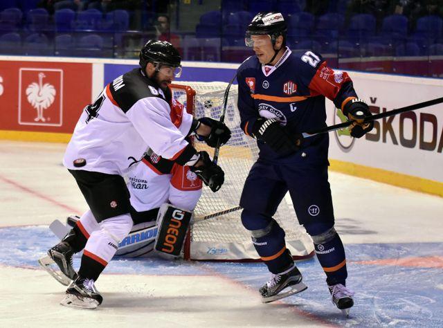 Na snímke vľavo hráč HC Fribourg-Gotteron Benjamin Neukom, vpravo hráč Košíc Ladislav Nagy  v prvom zápase vyraďovacej fázy 3. ročníka Ligy majstrov HC Košice - HC Fribourg-Gotteron